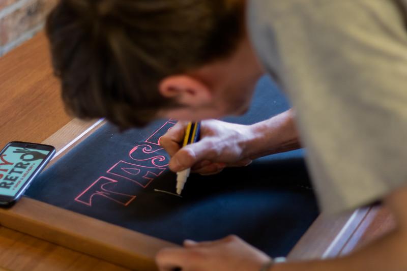 Jacob zeichnet das Logo des Tasty Retros
