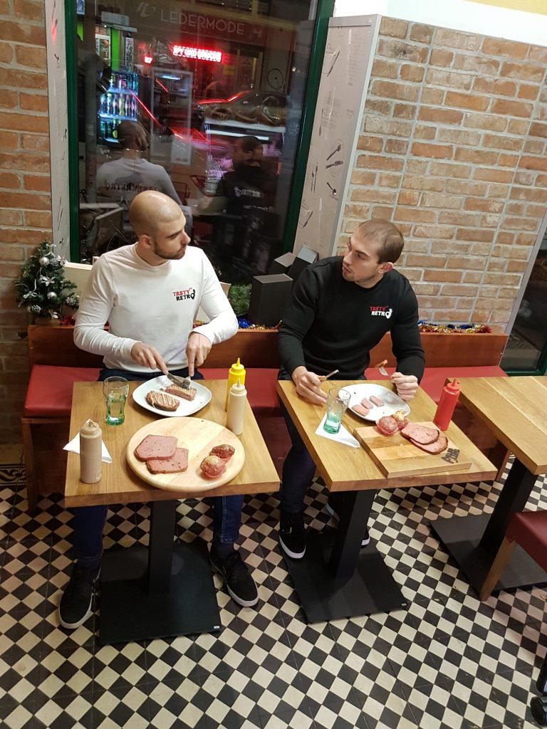 Die beiden Kandidaten der Tasty Retro All you can eat Foodchallenge. Zu sehen sind sie bei der jeweils achten Leberkäseschnitte!