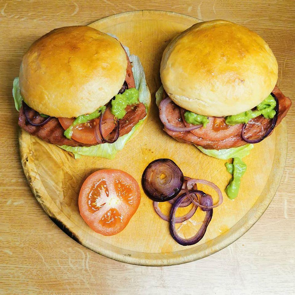 Leberkäse Burger Rezept zum selbst machen. Tasty Retro Leberkäse Ideen